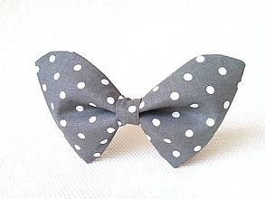 Náhrdelníky - Bodkovaný dámsky motýlik (šedý/biele bodky) - 6543519_