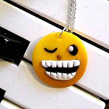 Náhrdelníky - Smajlík zubatý mrkajúci - 6545922_