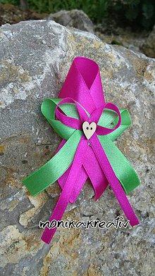 Pierka - Svadobné pierko pre otcov cyklaménovo-zelené s dreveným srdiečkom - 6551439_
