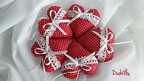 Darčeky pre svadobčanov - červené srdiečka s krajkou a levanduľou - 6555727_