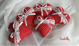 Darčeky pre svadobčanov - červené srdiečka s krajkou a levanduľou - 6555733_