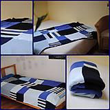 Modrá prikrývka na postel