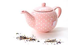 Ružový čajník s bodkami
