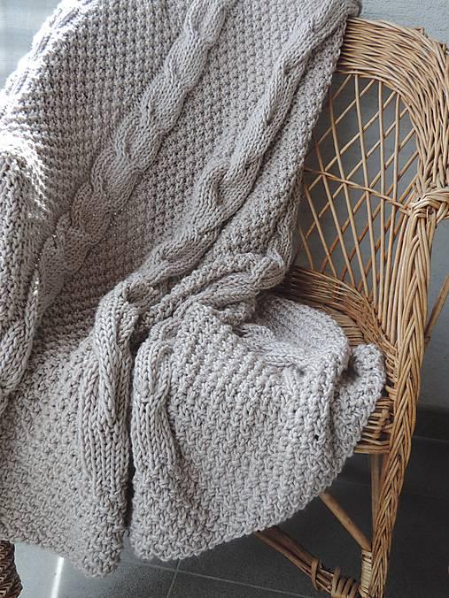 Pletená deka s osmičkovým vzorom
