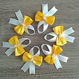 Žlté svadobné pierka
