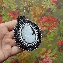 Náhrdelníky -  La Dame aux camélias - vyšívaný náhrdelník  - 6619490_