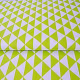 zelené trojuholníky; 100 % bavlna, šírka 160 cm, cena za 0,5 m