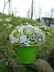 Dekorácie - Ruže s kiwi v zelenom vedierku - 6643904_