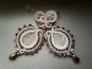 Náušnice - biele šujtášové náušnice so zlatom a striebrom, nielen pre n - 6651643_