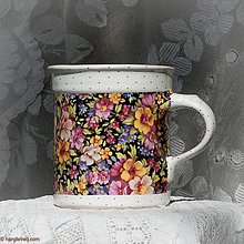 Nádoby - Šálka 620ml vysoká - tapeta kvety na čiernom pozadí - 6651449_