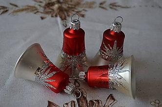 Dekorácie - Zvončeky na stromček červeno-biele s motívom polhviezdy - 6657431_