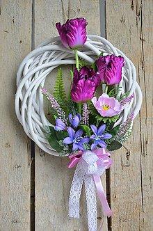 Dekorácie - Jarný veniec s fialovými tulipánmi - 6661478_
