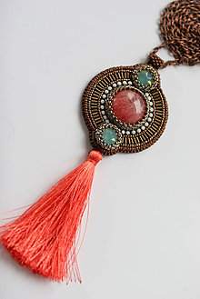Náhrdelníky - Vyšívaný náhrdelník so strapcom, Swarovski, rodochrozit, štras - 6659664_