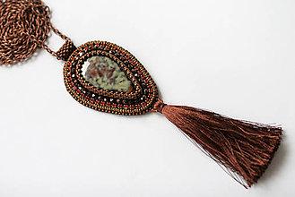 Náhrdelníky - Vyšívaný náhrdelník so strapcom, porcelán, štras - 6664029_