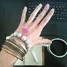 Náramky - boho náramok s pastelovými korálkami a strapcom - 6682428_