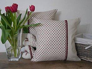 Úžitkový textil - vankúš 40x40 cm ľanovo bežový vzor  s bordovými srdiečkami - 6685950_