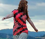 Topy, tričká, tielka - Dámske tričko batikované a maľované KLIMTOVA ZÁHRADKA - 6688426_