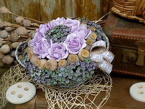 Dekorácie - Fialové ruže s makovičkami v košíčku - 6698807_