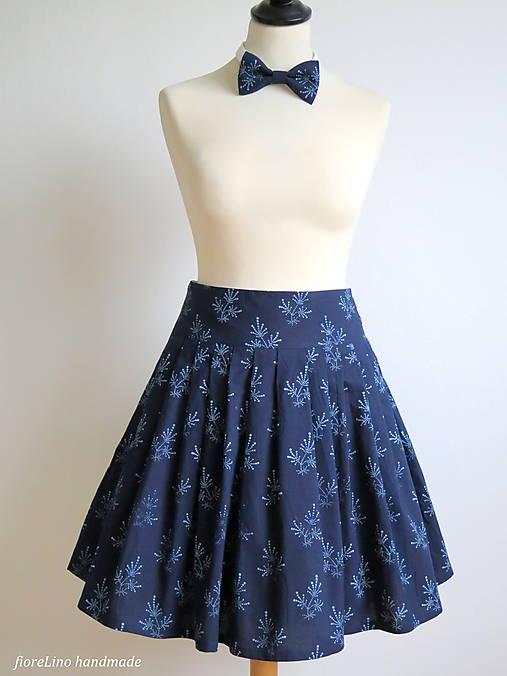 set z modrotlače: skladaná sukňa a motýlik