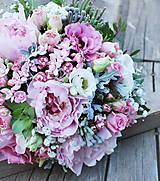 Svadobná kytica s ružovými pivonkami a sukulentami