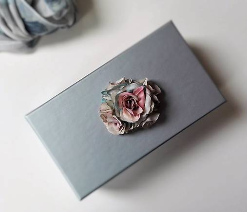 Darčeková krabička S ružičkami šedá.