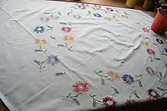 Úžitkový textil - Vyšívaný obrus s kvietkami - 6771659_