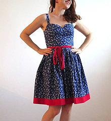 Šaty - letné modré šaty v kombinácii s červenou - 6779282_
