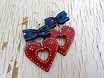 Náušnice - FOLK maľované srdcia s mašlou (červené s modrou) - 6780766_