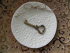 Darčeky pre svadobčanov - Miska, vankúšik na prstienky - srdce na dlani - 6791053_