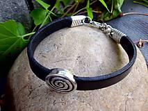 - čierny kožený náramok so špirálou - 6796076_