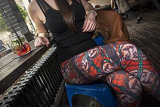 Nohavice - Farebné elastické legíny s motívom autorského obrazu: Július Satinský - 6799071_