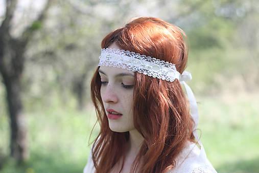 Biela čelenka čipkovaná na svadbu