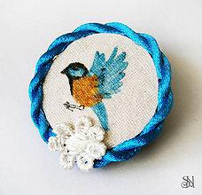 Odznaky/Brošne - Modrá brošňa s vtáčikom - 6814158_