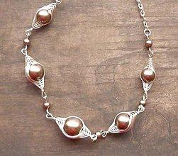 Náhrdelníky - Hnedý náhrdelník so zlatým nádychom - 6816126_
