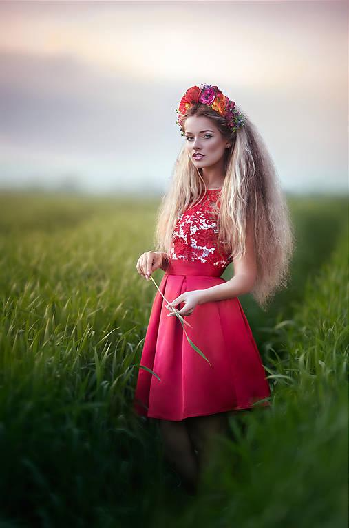 Koktejlové šaty so skladanou sukňou a hrubou krajkou rôzne farby