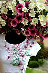 Tričká - Maľované tričko s lúčnymi kvetmi... - 6832904_