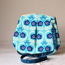 Kabelky - Kabelka malá cross body modrá s kvetmi - 6840112_