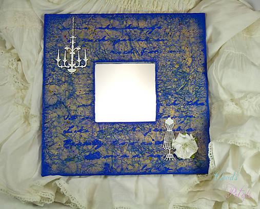 Vintage zrkadlo modro-zlaté s drôtenou figurínou a luxusným lustrom