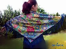 Šatky - Trojulníková hodvábna šatka so strapcami-V kráľovstve motýľov - 6858829_