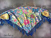 Šatky - Trojulníková hodvábna šatka so strapcami-V kráľovstve motýľov - 6858831_