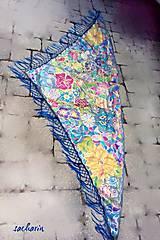 Šatky - Trojulníková hodvábna šatka so strapcami-V kráľovstve motýľov - 6858846_