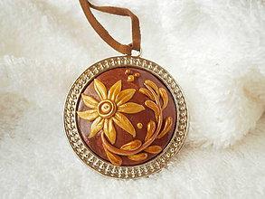 Náhrdelníky - Prívesok z polyméru, zlatý kvietok - 6875106_