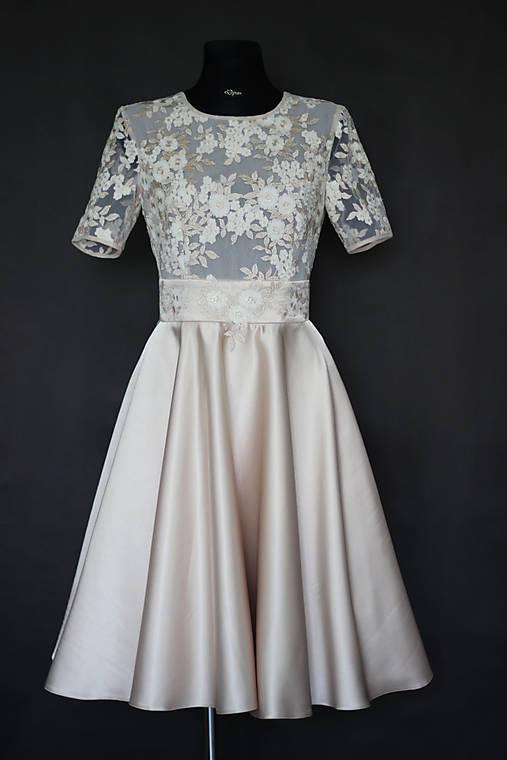 Koktejlové šaty z tylovej krajky a kruhovou sukňou