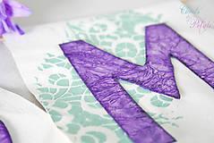 Dekorácie - Svadobný banner s iniciálami a srdiečkom - fialová vintage svadba - 6889849_