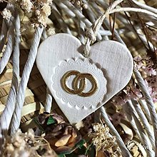 Darčeky pre svadobčanov - Keramické srdiečka s aplikáciou - zlaté obrúčky - 6895778_