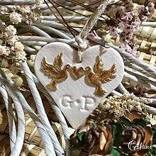 Darčeky pre svadobčanov - Keramické srdiečka s iniciálami a aplikáciou - zlaté holúbky - 6896906_