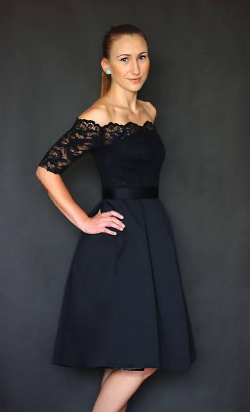 Spoločenské šaty s holými ramenami a skladanou sukňou rôzne farby