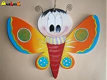Motýlik na stenu