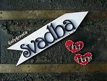 Tabuľky - šípka SVADBA s visiacimi srdiečkami - 1789087
