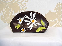 Taštičky - Kozmetická kožená taštička s margarétkami_čokoládová - 1861064